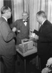 1967-591 In het midden ir. J.A.C. Tillema hoofddirecteur van Gemeentewerken, rechts stadsarchitect van de Berg, links ...