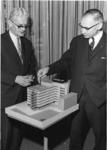 1967-592 Links ex-wethouder J.U. Schilthuis en rechts archivaris drs. R.A.D. Renting bij de maquette, ter gelegenheid ...