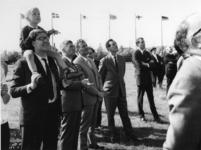 1968-1847 Genodigden kijken naar het slaan van de eerste paal voor de bouw van het nieuwe internationale centrum voor ...