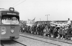 1968-209 Demonstratie voor betere beveiliging van de trambaan van lijn 2 in Hordijkerveld tijdens de openingsrit van ...