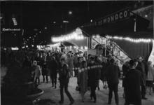 1968-427 Tijdens de opening van de metro. Coolsingel met kermis, ter hoogte van het Stadhuisplein.