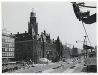 1970-2137 Zicht op het stadhuis aan Coolsingel in zuidelijke richting gezien vanuit de kabelbaan die door de stad liep ...