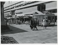 1970-2186 Terrasjes op het Binnenwegplein tijdens de Manifestatie C70.