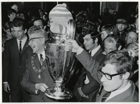 1970-725 Burgmeester Thomassen en Feyenoordaanvoerder Rinus Israël met de Europacup I (met daarin de Celtic-mascotte).