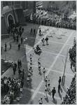 1970-856 De aankomst van estafettelopers met het bevrijdingsvuur uit Wagingen op de Laurensplaats [Grotekerkplein]. De ...