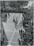 1970-857 De aankomst van estafettelopers met het bevrijdingsvuur uit Wagingen op de Laurensplaats [Grotekerkplein].