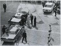 1970-859 De aankomst van koningin Juliana, prins Bernhard en prinses Beatrix bij de Sint-Laurenskerk.