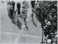 1970-861 De aankomst van estafettelopers met het bevrijdingsvuur uit Wagingen op de Laurensplaats [Grotekerkplein]. Een ...