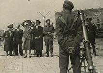 1971-881 Een demonstratie op de Goudsesingel van Canadese militairen wordt bijgewoond door (midden) burgemeester P.J. ...