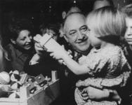 1975-492 Kerstfeest van het Nederlandsche Arbeidsfront. De Arbeidsfrontleider H.J. Woudenberg deelt kerstcadeaus uit.