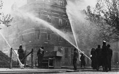 1976-1862 De brandweer in actie op het Vredenoordplein na het Duitse bombardement.