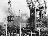 1977-1894 Op het Willemsplein worden uit Duitsland teruggekeerde R.E.T.-trams op de kade gehesen. Op de achtergrond de ...