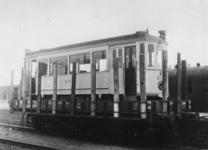1977-3438 De weggevoerde tramwagen no. 276 van de RET wordt met een spoorwagon vervoerd van Duitsland naar Rotterdam.