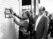 1988-2899 Onder het toeziend oog van directeur Alblas van de firma Agin-lpg bevestigt minister N. Smit-Kroes een bord ...