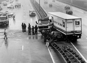 1988-2912 Een acute hartstilstand bij een 42-jarige chauffeur van een Belgische vrachtauto is oorzaak van een ongeluk ...
