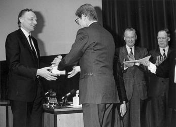 1988-875 Wethouder Jan Laan ontvangt in Amsterdam de Verkeersveiligheidprijs uit handen van mr. P. van Vollenhoven ...