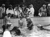 1989-2104 Aan het eind van het zomerseizoen mogen honden en hun baas één maal genieten in het buitenbad van ...