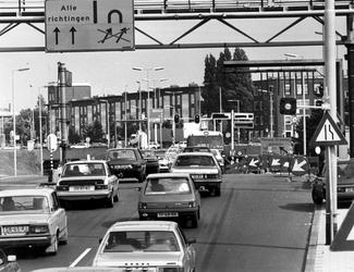 1989-2224 Flinke files onstaan bij de tunnel vanwege werkzaamheden aan de Pleinweg en Strevelsweg.