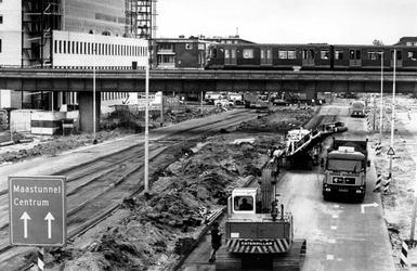 1989-2225 Flinke files onstaan bij de tunnel vanwege werkzaamheden aan de Pleinweg en Strevelsweg.