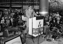 1989-3315 Enigszins aangeslagen staat burgemeester Peper, naast een confettikanon. Dit gebeurt bij de feestelijke ...
