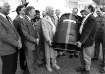 1989-3333 Wethouder P. Hoogendoorn ontvangt in de deelgemeente Charlois het eerste compostvat uit handen J. van Rijn ...