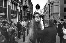 1989-3874 Op initiatief van Th. van Rijswijk van café Verschoor aan de Oostkousdijk in Delfshaven rijdt Sinterklaas op ...