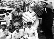 1990-2410 Opening ., Wethouder Hoogendoorn geeft met 'Toon Schoon' en voorzitter H. ter Meulen van de Stichting City ...