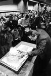 1990-498 Nico Haasbroek, directeur van Radio Rijnmond, snijdt een taart aan en opent daarmee de tentoonstelling ...
