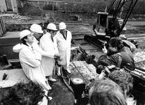1990-519 Burgemeester Peper start in aanwezigheid van museumdirecteur Crouwel de uitbreidingswerkzaamheden van Museum ...