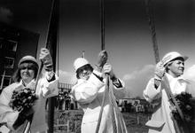 1990-527 Samen met de dames Wigmore en Bonheur, slaat Lee Towers de eerste paal.voor het familiehuis van de dr. Daniel ...