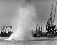 1990-528 Met behulp van springstof wordt het restant van een meerpaal in de Maashaven opgeblazen.