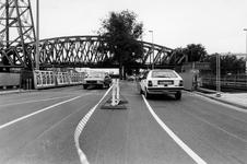 1990-583 Verzakking op het Noordereiland., De noodbrug op de Prins Hendrikkade over het Spoortunneltracé wordt opnieuw ...