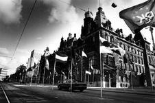 1990-611 Vredesmanifestatie, Ter gelegenheid van de Internationale Vredesmanifestatie zijn er op de Coolsingel ...