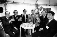 1990-642 Japanse ondernemers met havenwethouder R. den Dunnen tijdens aanvang bouwwerkzaamheden van een pand voor ...
