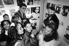 1990-657 De wereld van Anne Frank, In de Laurenskerk bekijken rabbijn Soetendorp en burgemeester Peper samen met een ...