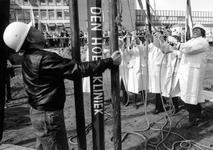1990-699 De zanger Lee Towers (rechts) slaat samen, met de aannemer Van der Hoek, directeur patiëntenzorg J.W. van den ...
