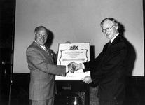 1990-703 In het stadhuis ontvangt dhr. P. Breur van Breur's IJzerhandel van de vice-voorzitter van de Commissie van ...