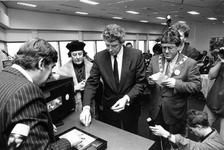 1990-713 Burgemeester A. Peper, minister van Financiën W. Kok en de acteur Luc Lutz als Erasmus ontvangen van drs. J.C. ...
