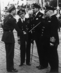 1995-1036 Tijdens de vlootweek wordt prins Bernhard op de Coolsingel begroet door een aantal vlootofficieren: admiral ...