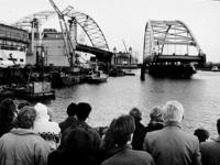 2000-967 Het tweede brugdeel van de Van Brienenoordbrug wordt naar zijn plek gevaren.