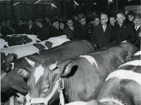 XIV-110-19 Wethouder J.U. Schilthuis (vijfde persoon van rechts) opent de 96ste Paasveetentoonstelling in de Veemarkthallen.