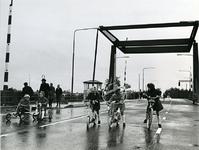 XXXIII-1353 De nieuwe Wellebrug over het Kanaal door Voorne bij Heenvliet wordt in gebruik genomen.