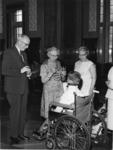 XXXIII-1436 Ontvangst van acht poliopatiëntjes uit de kliniek voor poliopatiënten De Ark , op het stadhuis. ...