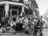 XXXIII-1438 Oploop van teleurgestelde klanten voor het reisbureau Fiësta in het Zwaanshals op de hoek van de Woelwijkstraat.