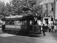 XXXIII-1527-04-2 De zestig jaar oude tram op weg naar de halte voor het gemeentearchief aan de Mathenesserlaan, de ...
