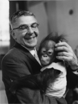 XXXIII-1527-05 Burgemeester W. Thomassen met één van de drie orang-oetans, die diergaarde Blijdorp ten geschenke heeft ...