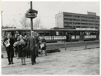 XXXIII-1544-01 Burgemeester W. Thomassen (links) van Rotterdam en burgemeester H. Roelfsema (rechts) van Schiedam, bij ...