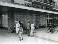 XXXIII-1558-1 Het kantoor van de Nederlandse Middenstandsbank aan het Jacob van Campenplein, waarop op klaarlichte dag ...
