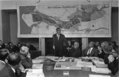 XXXIII-1577-01 In een vergadering van de wijkraad voor Hoek van Holland geeft burgemeester W. Thomassen uitleg over het ...