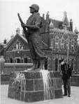 XXXIII-1673 Het Mariniersmonument aan het Oostplein is met witte verf beklad. Op de achtergrond het gemaal van Schieland.
